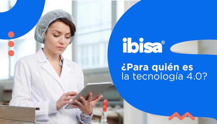 Operaria de empresa manufacturera revisando una tablet